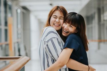 5 Rekomendasi Pose Foto Lucu Bareng Sahabat